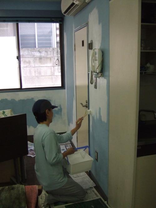 Painting the walls white ペンキ塗り作業